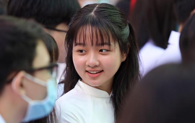 Lâm Thanh Mỹ mặc áo dài dự khai giảng