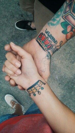 Renkli taç bilek dövmeleri