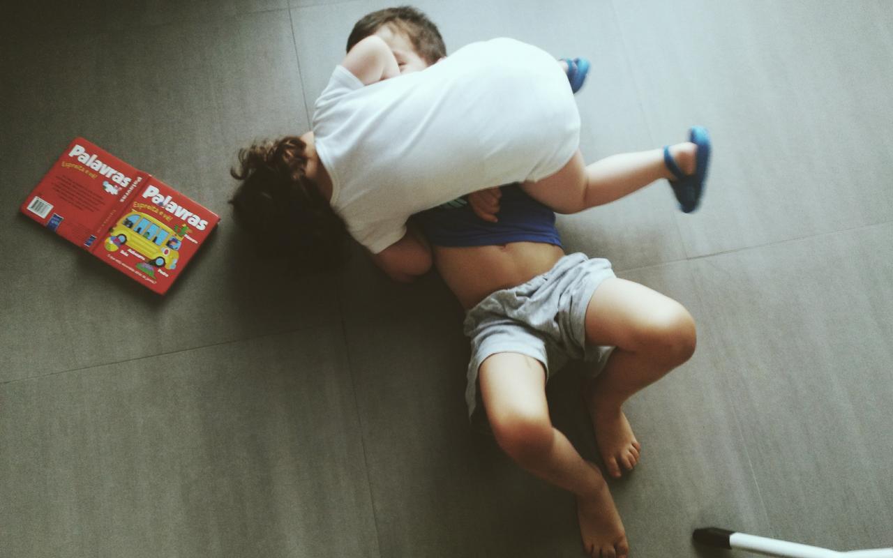 Mãe-sozinha-com-filhos-AtMums