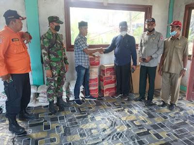 Pasca Banjir, Bupati Aceh Barat Di Dampingi Babinsa Salurkan Bantuan Sembako