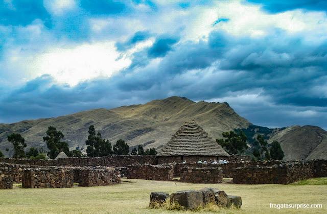 Silos incas para armazenamento de provisões em Raqchi, Peru