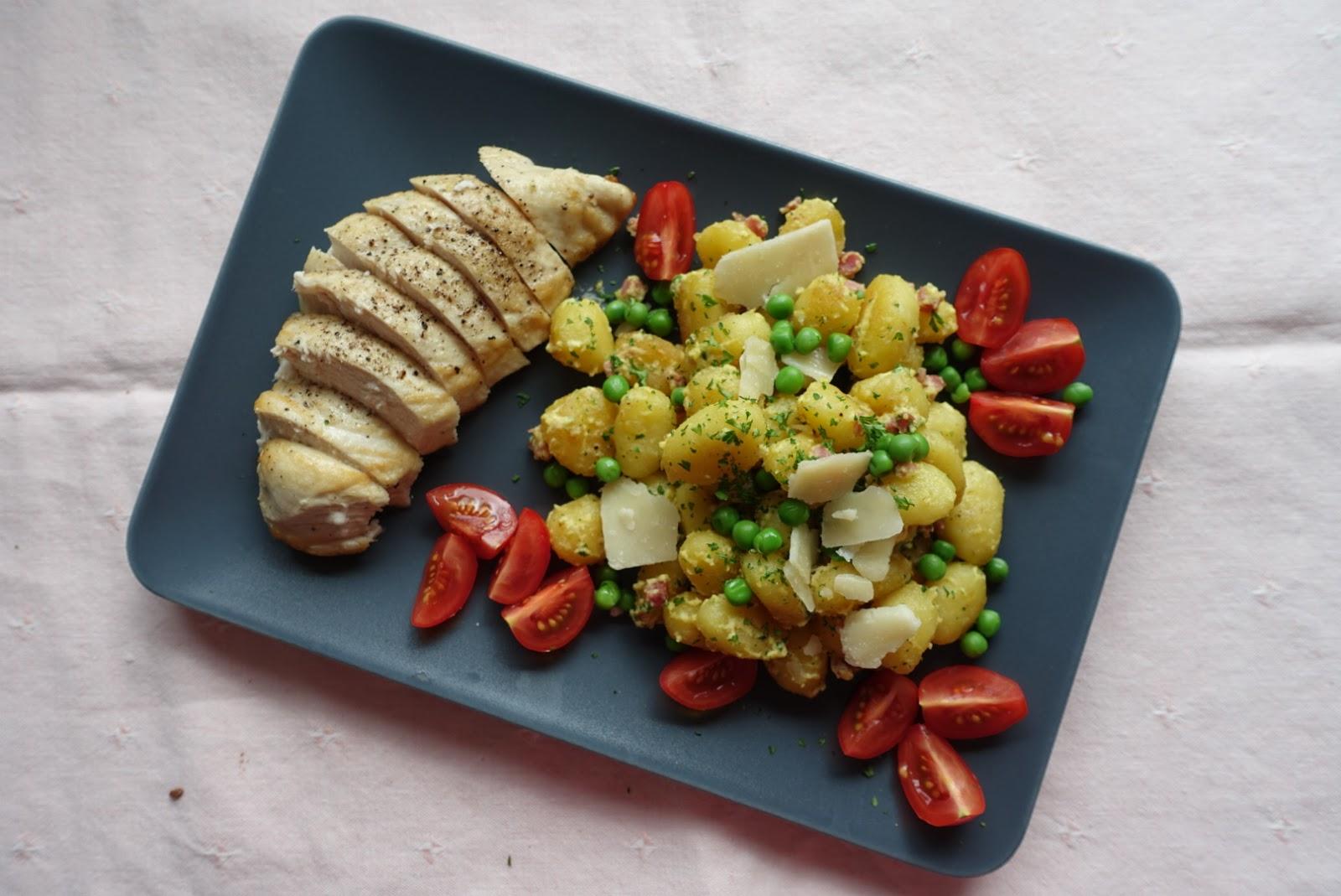 Deftig, aber leicht: Gnocchi mit Erbsen und Parmesan an saftig gebratener Hähnchenbrust