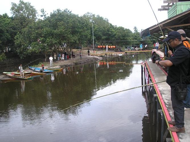 Asyiknya Liburan Sambil Mancing di Danau Tadow Singkawang