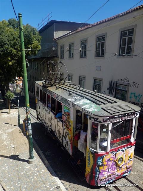 funiculares de Lisboa con grafitis