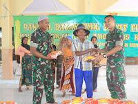 Prajurit Yonif Raider 515 Divif 2 Kostrad Bagikan Zakat Fitrah