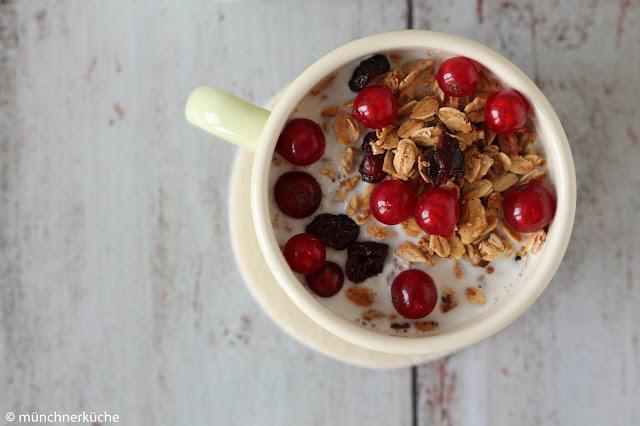 Knsupermüsli mit Milch und frischen Früchten.