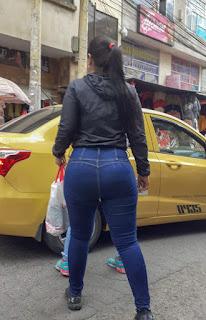 Morena cola redonda jeans apretados