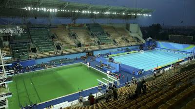 fotografia de la alberca olimpica con el agua color verde