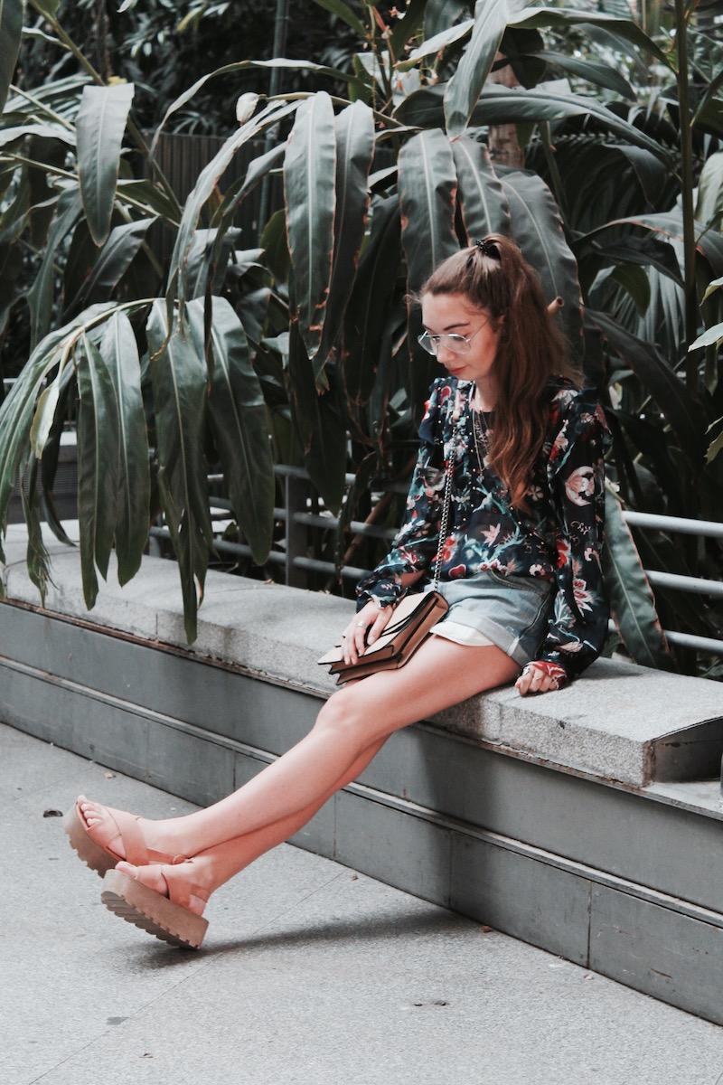 tenue du jour blouse fleurie sandales flatform short levis