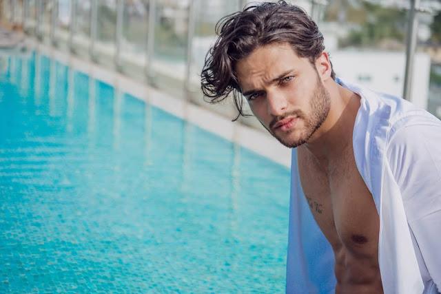 Alejandro Neuman desnudo