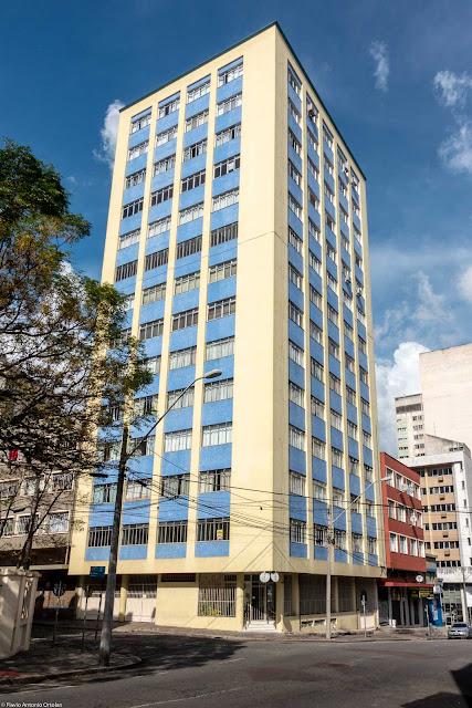 O Edifício Cabral, localizado na Alameda Cabral, 246; esquina com a Rua Saldanha Marinho