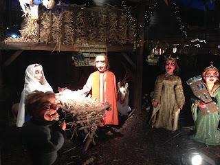 Weihnachtskrippe op Kölsch, Neumarkt Köln Weihnachtsmarkt: Zu sehen sind Jesus, Maria und Josef