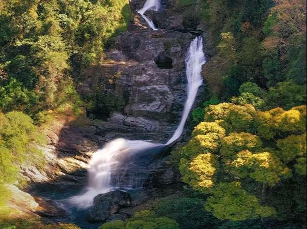 Nước của thác rất trong xanh và mát lạnh quanh năm