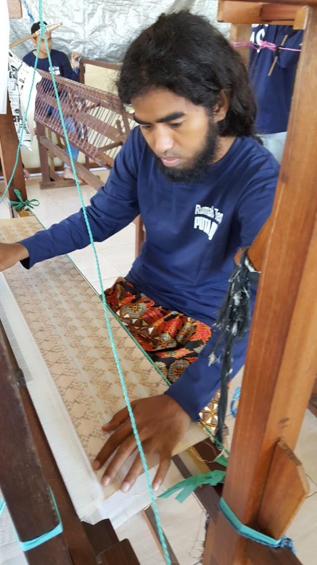 UI dan Yayasan Ngofa Tidore Hidupkan Kembali Tenun khas