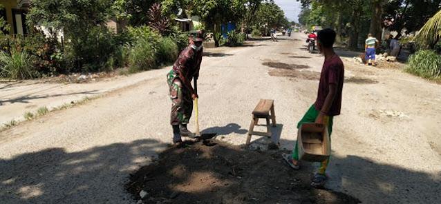 Gotong Royong Dilakukan Personel Koramil 06/Perdagangan Jajaran Kodim 0207/Simalungun Bersama Warga Binaan