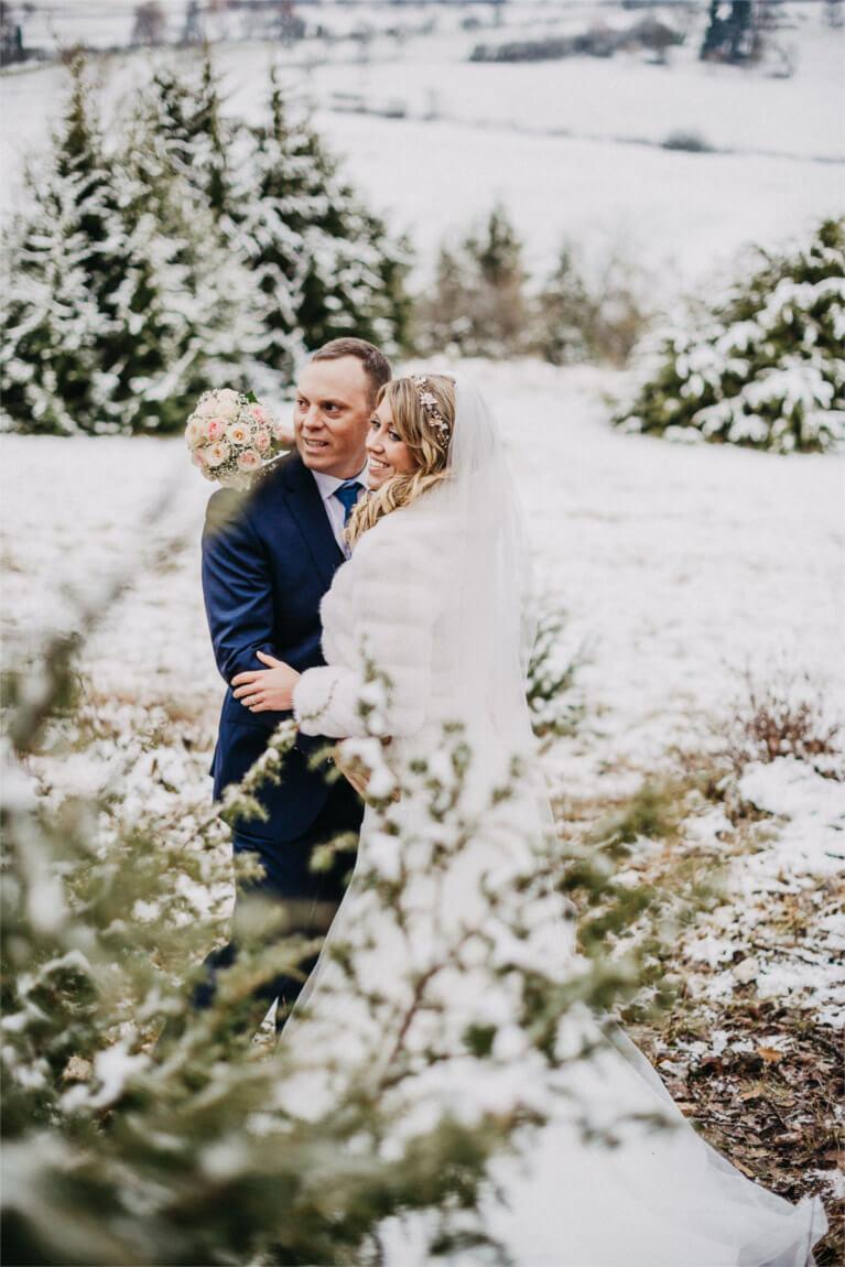 Hochzeitsblog echte Hochzeit Winterhochzeit mit Schnee und Pferd braut