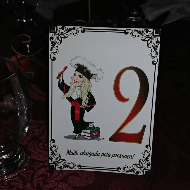 Numeração de mesa personalizada com caricatura da formanda