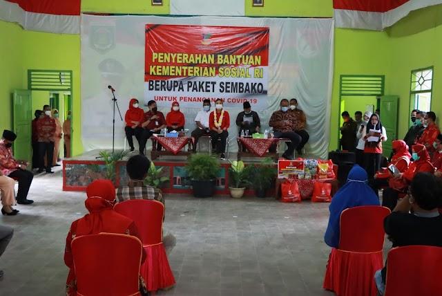 Penasihat Dharma Wanita Persatuan Kementerian Sosial, Grace Batubara Berikan Bantuan Sembako Untuk Masyarakat Lampung Tengah