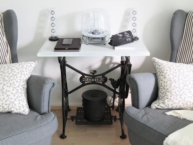 Olohuoneen pöytä nojatuolien välissä