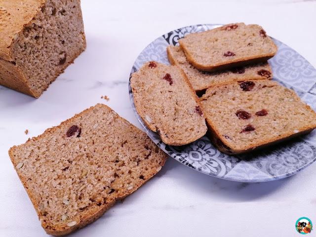 Pan integral con arándanos y semillas