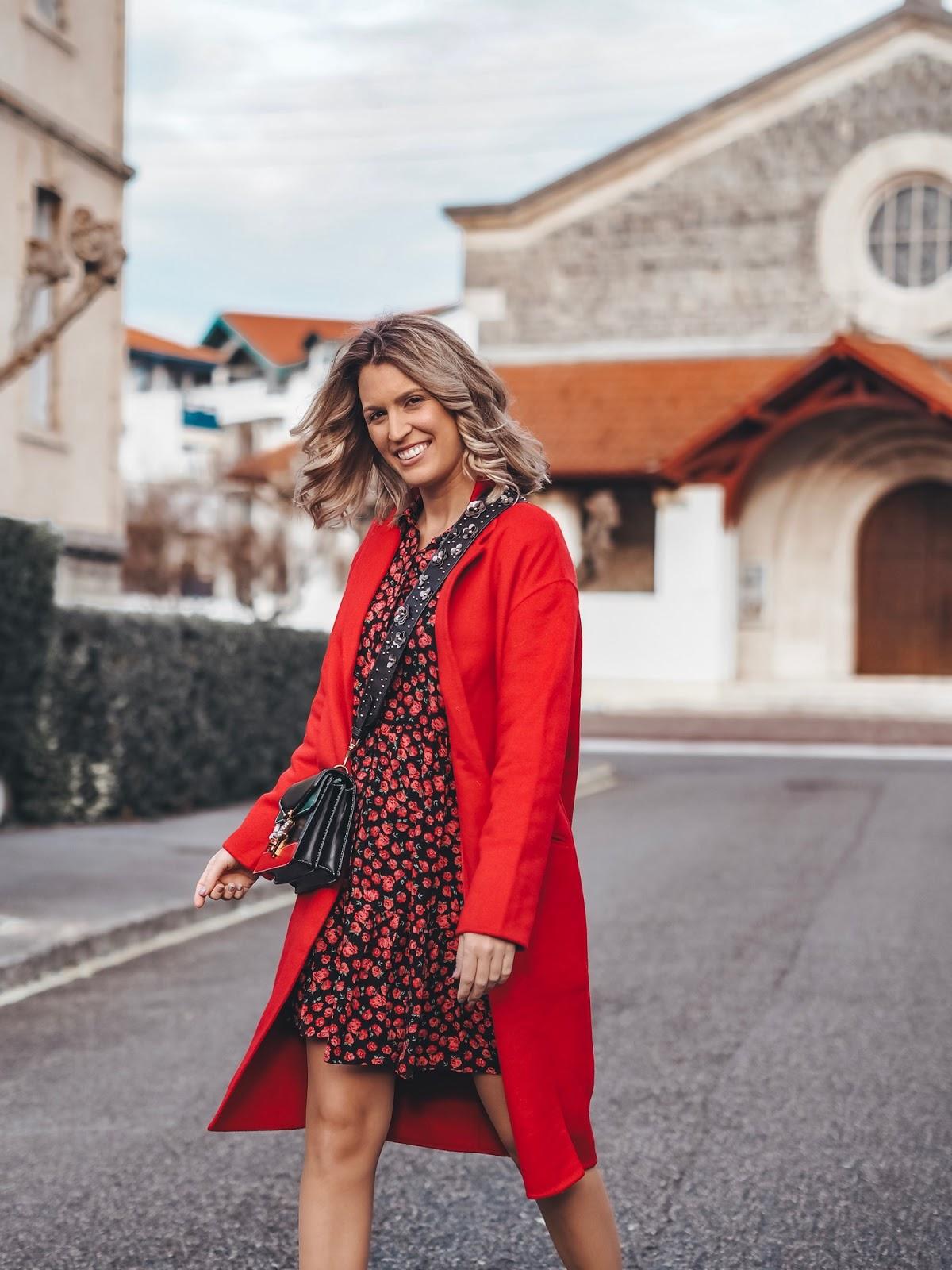 outfit con abrigo rojo