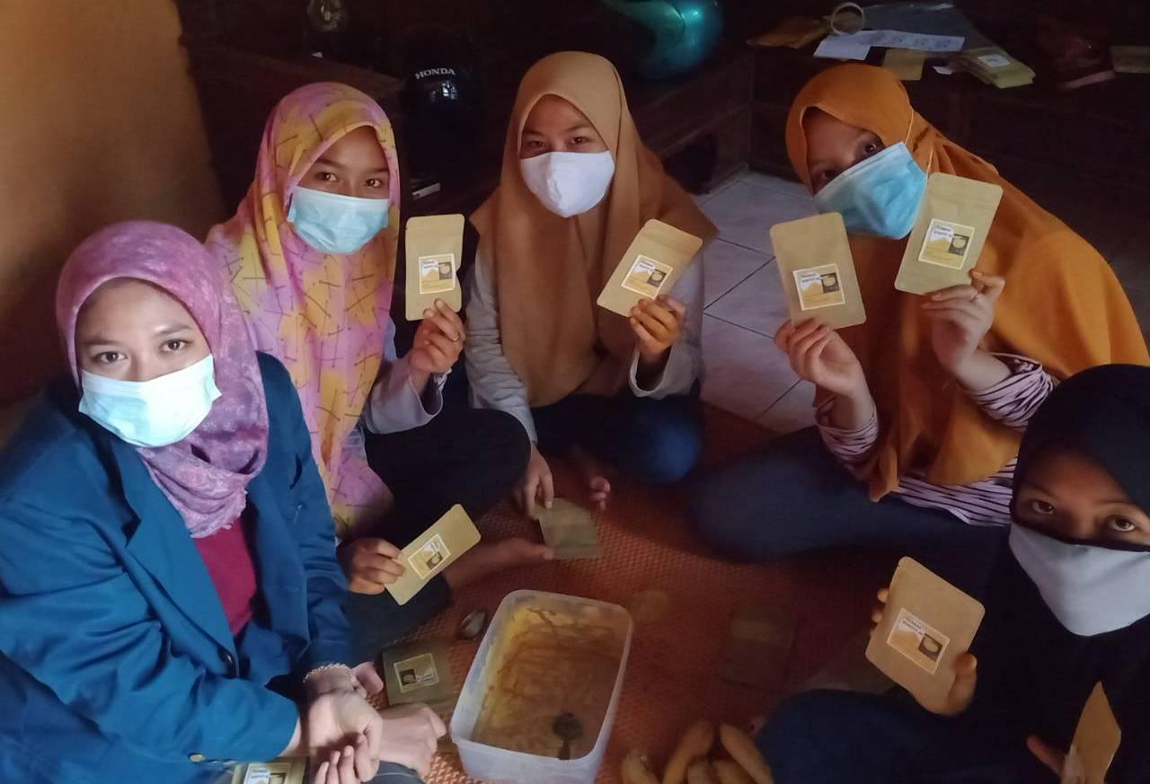 KKN Mahasiswa UNDIP pulang kampung ajarkan pelatihan UKM