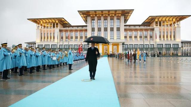 Εξαγοράζει εφημερίδες ο Ερντογάν, κλείνει τις ΜΚΟ, εκκαθαρίζει και τα Πανεπιστήμια!