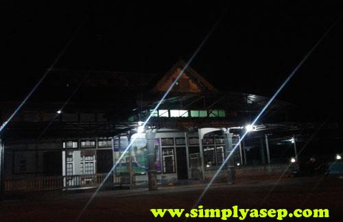 MALAM : Masjid Nurul Falah Wonodadi Kubu Raya sesaat sebelum dimulainya Sholat Isya dan Taraweh diambil fotonya terlebih dahulu. Foto Asep Haryono