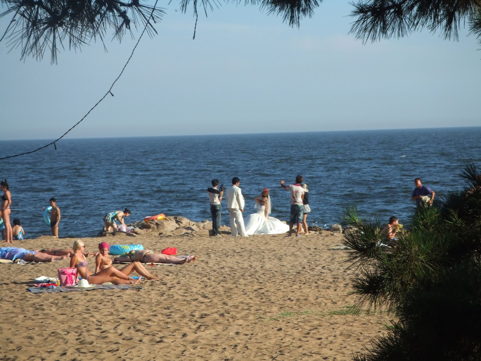 gelber Sand, blaues Meer, Menschen