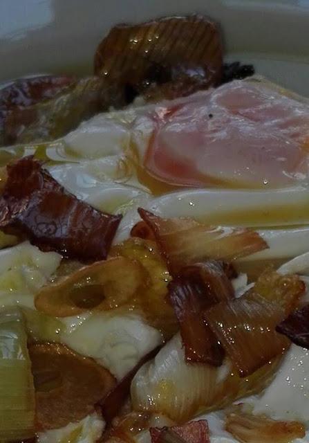 Huevos fritos con cebolletas