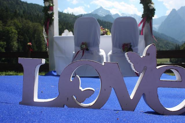 Freie Trauung auf der Bergwiese - Deutsch-indische Hochzeit im Riessersee Hotel Garmisch-Partenkirchen, Bayern, Navy Blue, Weiß, Fuchsia, Vintage, Schmetterlinge, Ballons - #deutsch-indische Hochzeit #Riessersee Hotel #heiraten in Bayern #Hochzeit in Garmisch