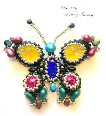 Aus Perlen gefädelter Schmetterling in gelb, blau, rot und schwarz - Vorderseite