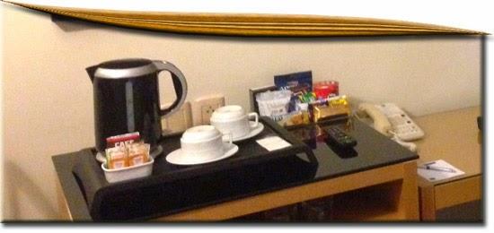 Cafeteira e copos dos quartos de hotel