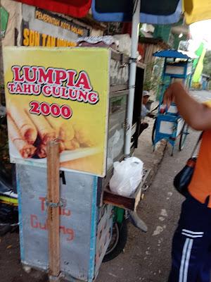 Penjual lunpia yang mengeluh dagangannya sepi.
