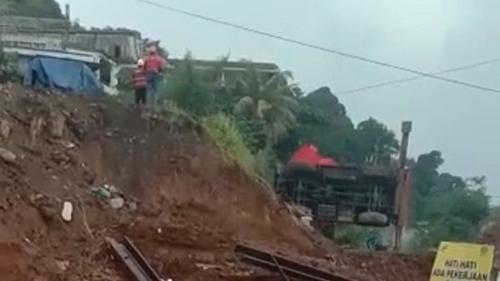 Crane di Proyek Rel Ganda Bogor-Sukabumi Terguling, Warga Histeris