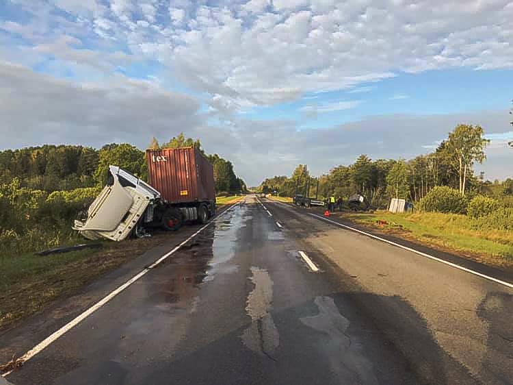 Divu kravas auto frontālā sadursme