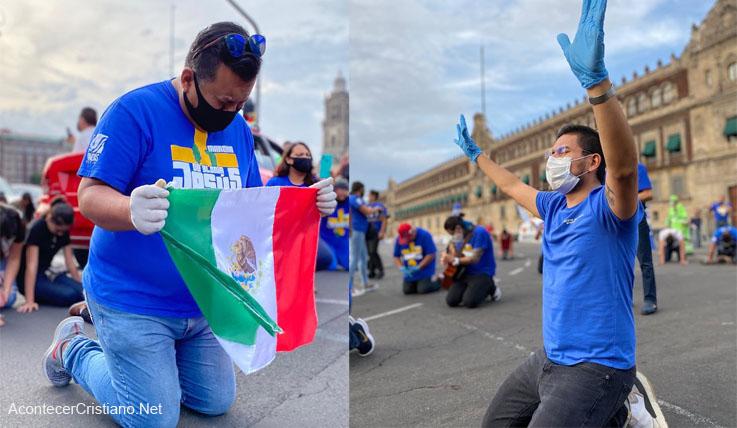 """Cristianos orando en el zócalo de México en """"Marcha de Gloria"""""""