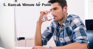 Banyak Minum Air Putih Agar Tidak Gemuk Selama WFH