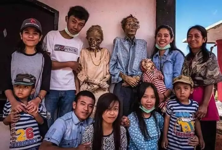 Manene Ritual, Hangout With the Dead