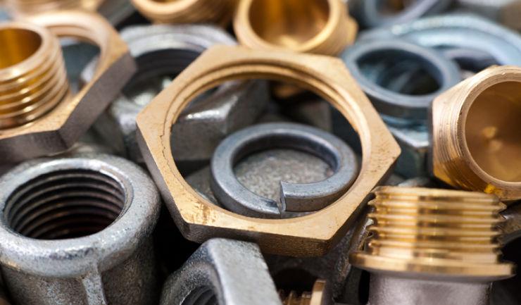 Piezas metálicas que tienen revestimiento fijado por galvanoplastia