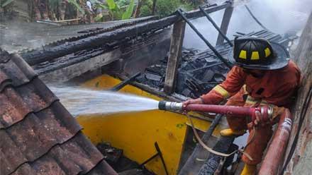 Petugas Damkar sedang memadamkan api yang melalap rumah Sarwiyah
