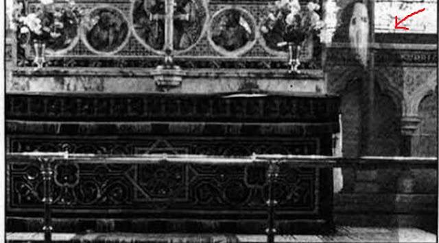 penampakan hantu bertopeng di sebuah gereja