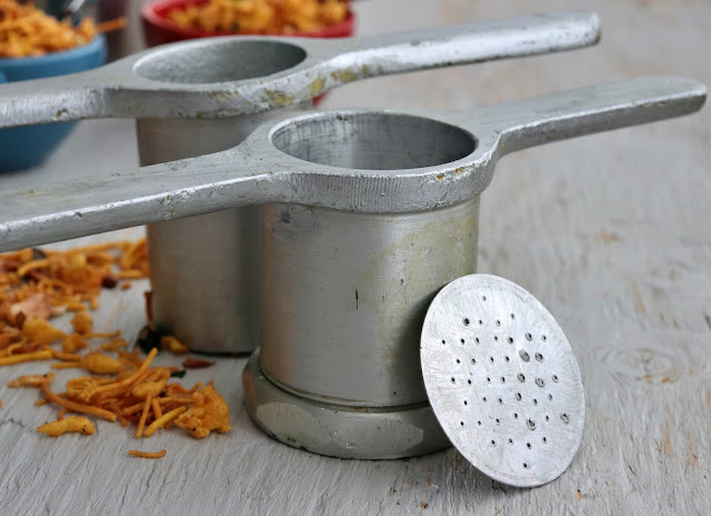 mould for stringhoppers and murukku