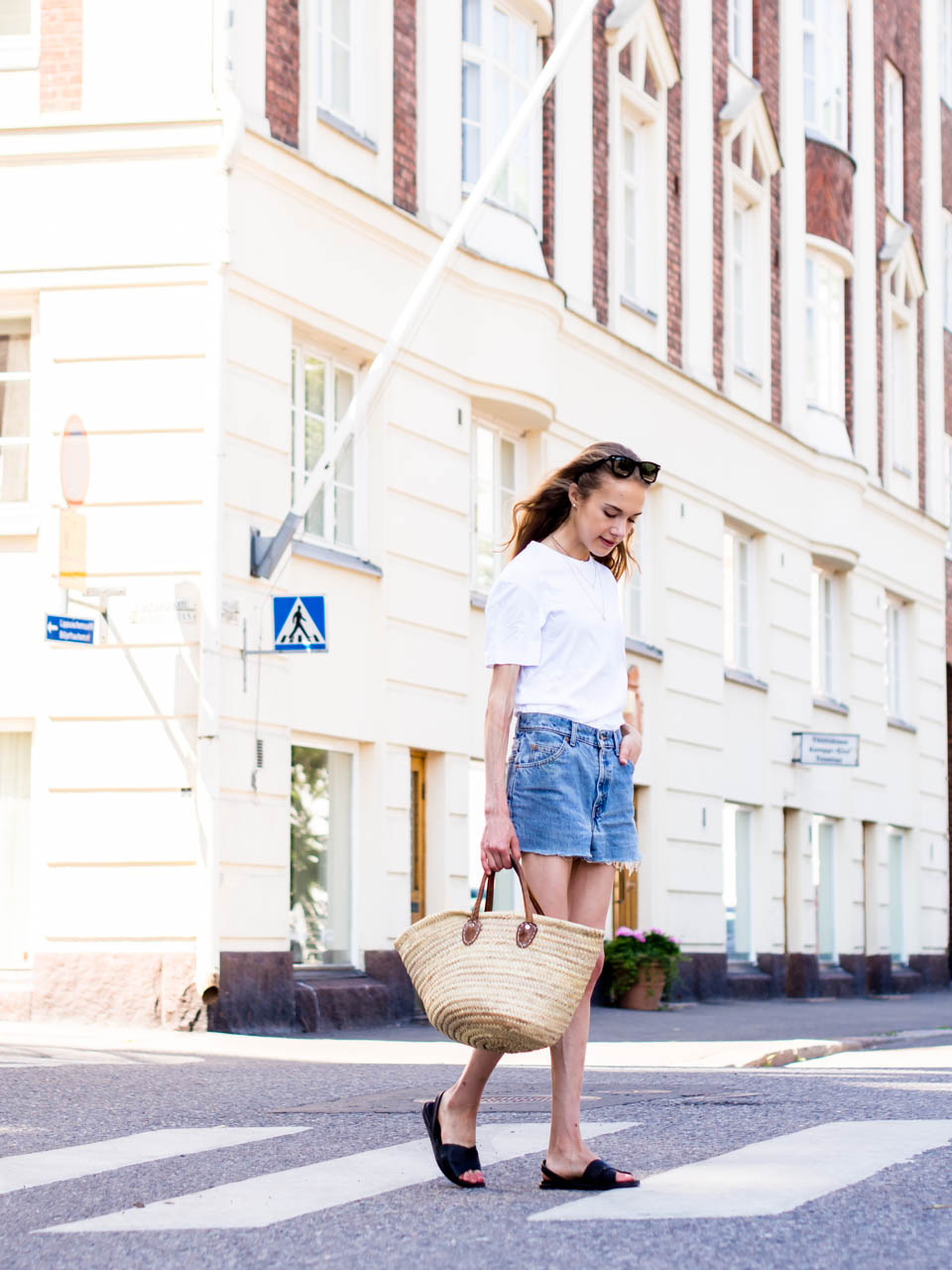 fashion-blogger-outfit-inspiration-summer-streetstyle-helsinki-white-tshirt-vintage-levis-denim-shorts