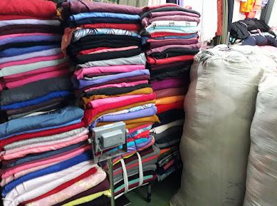 Thời trang may mặc hôm nay hướng dẫn bạn tìm nguồn vải nỉ giá rẻ cho các bạn xưởng may áo khoác. Thời buổi kinh tế các nơi như thành phố lớn Hồ Chí Minh cạnh tranh gắt nên nhiều kho hàng lớn chuyển về Bình Dương như Vải Ký Trí Anh, Vải Ký ADAMIS, Vải Ký Bình Dương, Vải Ký Trần Gia,.. là nơi bán vải uy tín, chất lượng