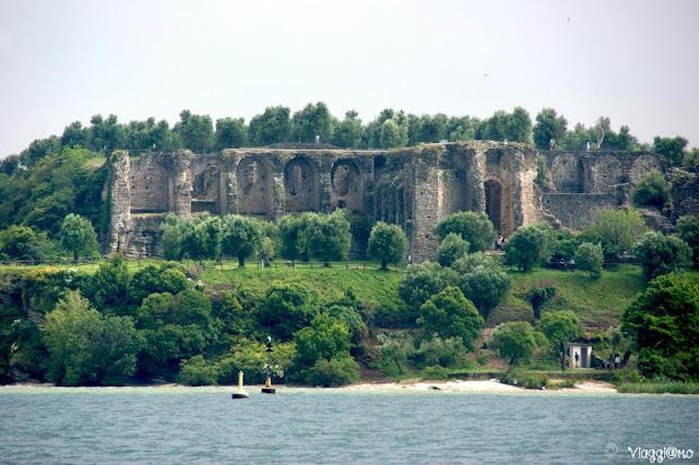 Vista delle Grotte di Catullo dal Lago di Garda