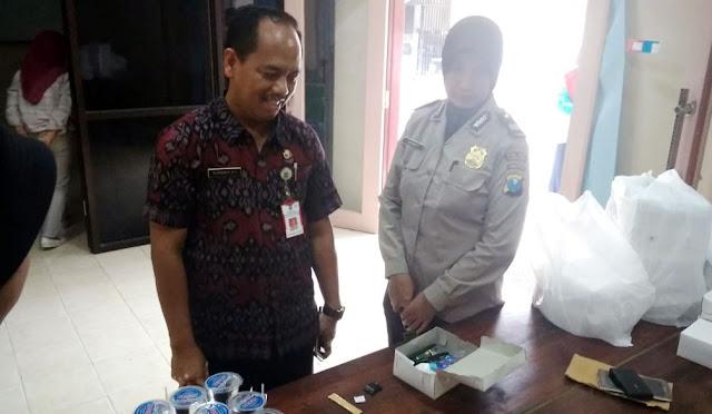Petugas mengamankan barang bawaan peserta, termasuk jimat