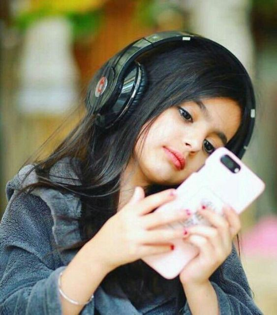 cute-baby-with-phone-getpics