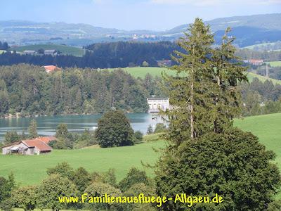 Blick auf den Staudamm des Forggensees