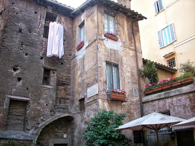 edificios por las calles de roma